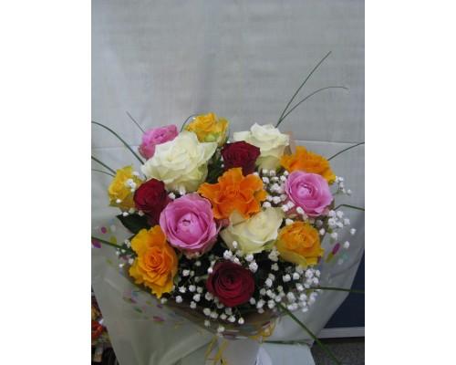 Букет с 15 бр. разноцветни рози в опаковка, аранжирани с гипсофил и берграс