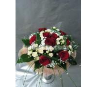 Букет комбинация от рози и спрей рози нежно обгърнати с мрежа.
