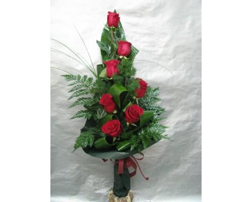 Букет 7 бр. червени рози аранжирани във височина.