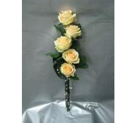 Букет 5 бр. рози, аранжиран във височина и декориран с листа аспедистра и перли.