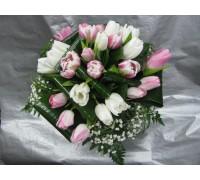Нежен букет с бели и розови лалета аранжиран с нежна зеленина, гипсофил, листа аспедистра и берграс