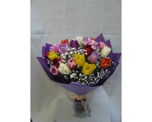 Пъстроцветен пролетен букет с 25 стръка лалета, гипсофил и текстилна опаковка